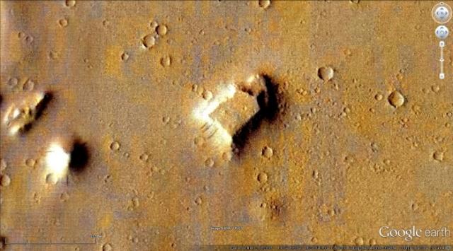 Разглядывая марсианскую поверхность через Google Earth, уфолог обнаружил на местности, называемой Амазонским плато, три загадочных объекта.