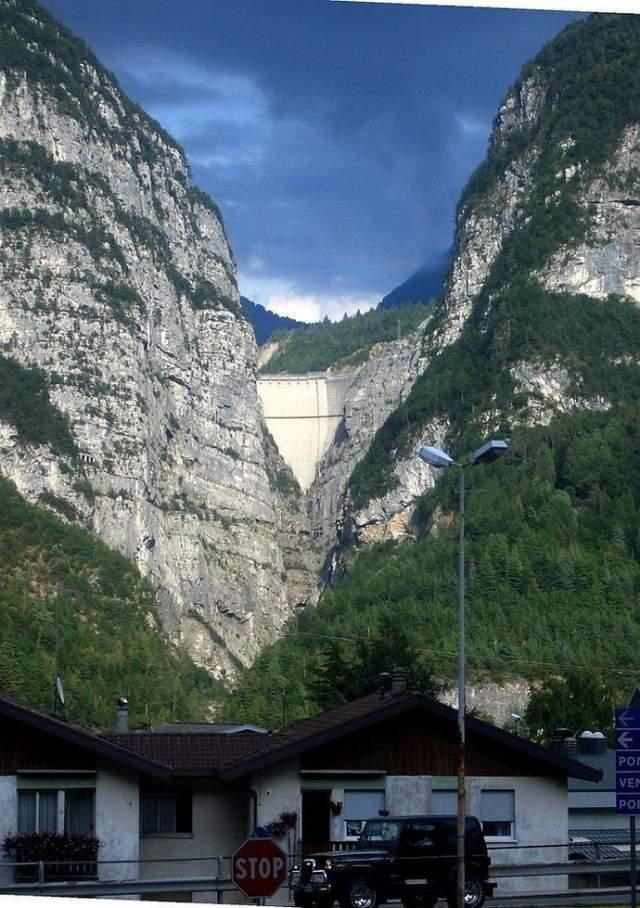 На фотографии видны верхние 60-70 метров ГЭС. Для сравнения: созданное оползнем цунами практически полностью должно было заслонить небо на этом снимке.