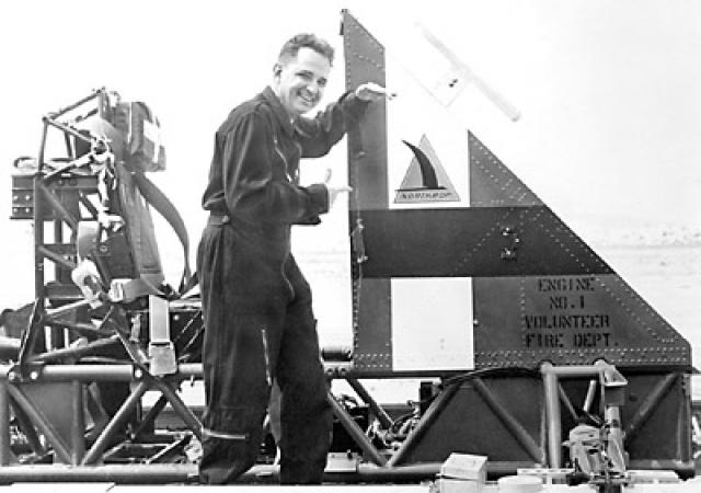 Для усовершенствования безопасности авиационной техники и оборудования, он решил продемонстрировать подобное воздействие на себе.