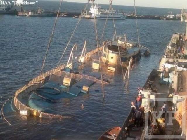 Основной причиной крушения стало то, что экипаж не задраил иллюминаторы, и в них залилась вода, когда в результате порыва ветра и выполнения поворота возник крен.