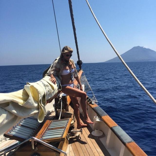 Кристи Бринкли. Поклонников поразил умопомрачительный снимок из отпуска в Италии, где 62-летняя дама позировала на яхте в белом бикини.