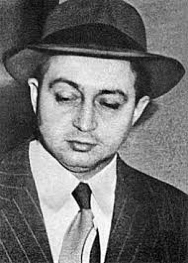Именно на Розенбергов была возложена ответственность за всю шпионскую операцию, которая стала раскрываться в 1950 году после ареста 39-летнего Гарри Голда, работавшего химиком в одной филадельфийской клинике.