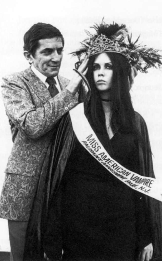 """Джонатан Фрайд, мисс американский вампир - 1970. Этот конкурс был проведен для рекламы фильма """"Дом темных теней"""". Победительницу награждает Джонатан Фрайд, который сыграл в фильме роль главного вампира Барнаба Коллинза."""