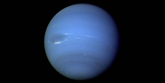 """Планета Нептун. Этот снимок был получен с помощью узкоугольной камеры космического аппарата """"Вояджер-2"""", который в период с 16 по 17 августа 1989 года практически непрерывно осуществлял съемку планеты."""