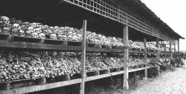 Из 425 000 китайцев, проживавших в Камбодже, выжили лишь около половины. В восточных районах страны были уничтожены сотни тысяч жителей, которых подозревали в сотрудничестве с Вьетнамом.