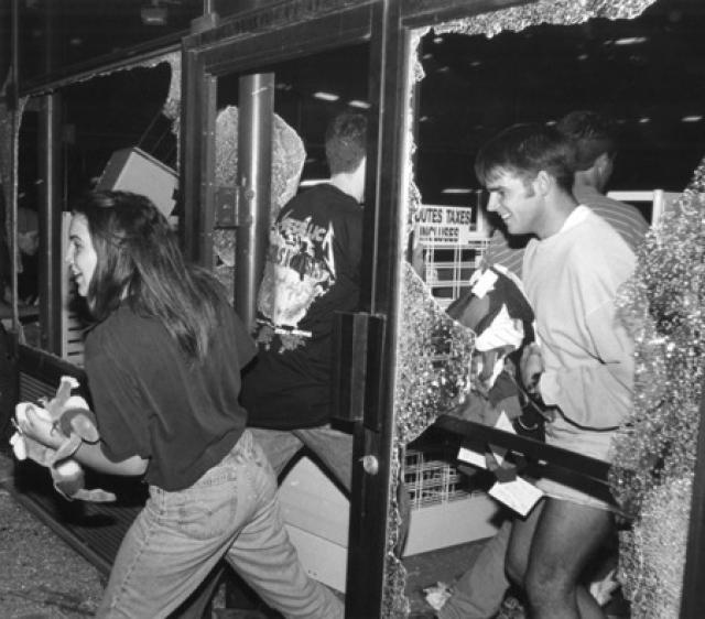 Полиции, для успокоения толпы, пришлось прибегать к слезоточивому газу.