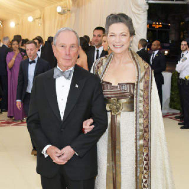 Его состояние - $35,5 млрд. Офицально Блумберг сейчас разведен, но состоит с 2000 года в гражданском браке с Дианой Тейлор (она успешный инвестиционный банкир).