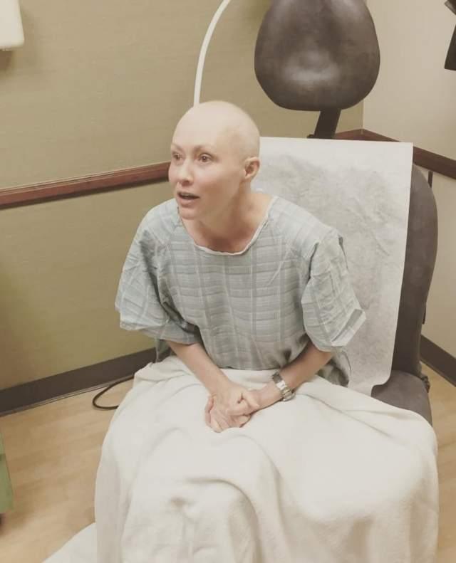 Шэннон Доэрти. Актрисе пришлось побриться наголо из-за страшной болезни. перенесла одностороннюю мастэктомию в мае, но раковые клетки распространились еще дальше.