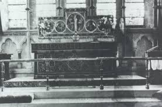 Его преподобие К.Ф. Лорд сделал снимок алтаря в своей церкви в Северном Йоркшире, Англия. Фотография и негатив были тщательно изучены экспертами, которые не нашли никаких следов монтажа или повторной экспозиции.