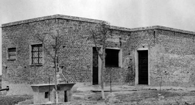 Эйхман был доставлен на виллу, арендованную разведчиками в пригороде Буэнос-Айреса. Первым делом он был тщательно обыскан на предмет возможного оружия или яда для самоубийства, и осмотрен для обнаружения особых примет, присущих, согласно досье, Адольфу Эйхману.