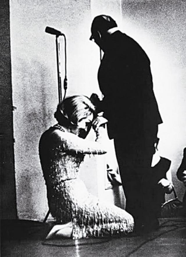 Марлен Дитрих целует руку Константину Паустовскому , 1963 год