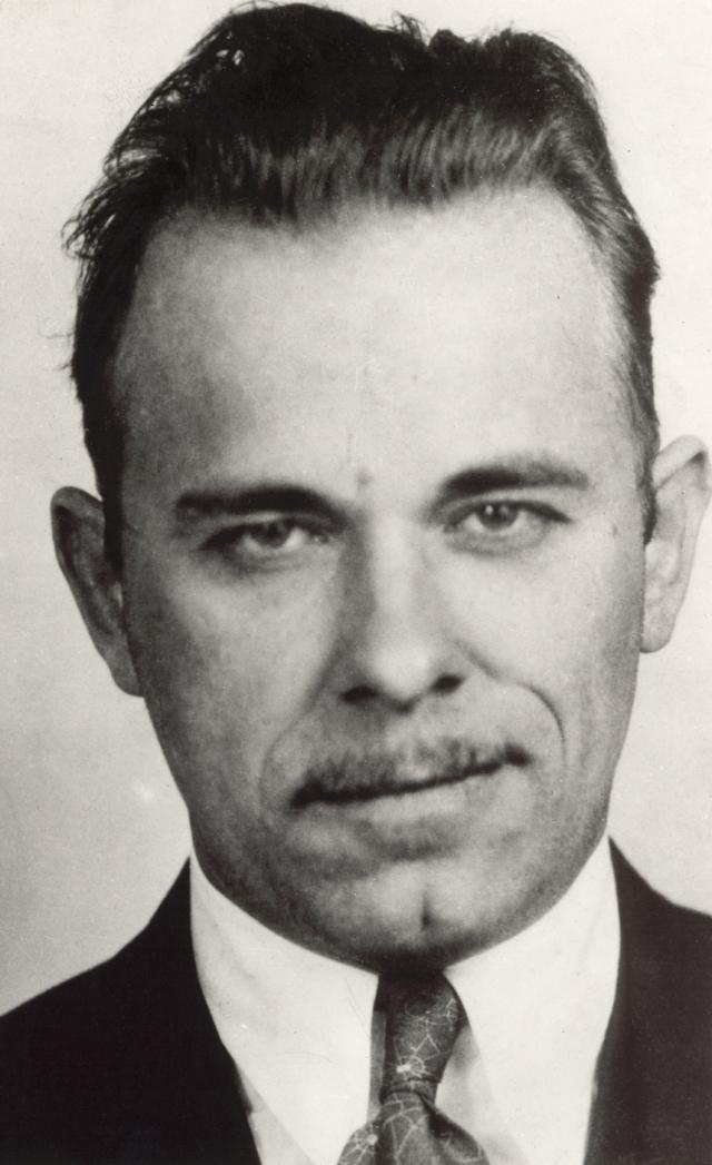 Джон Диллинджер. Враг общества №1 по классификации ФБР в Америке 30-х годов. За историю своей преступной деятельности он убил нескольких полицейских, ограбил около двух десятков банков и четыре полицейских участка, дважды бежал из тюрьмы.