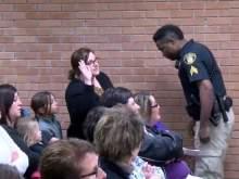 В США учительница, которая жаловалась назарплату, попала зарешетку
