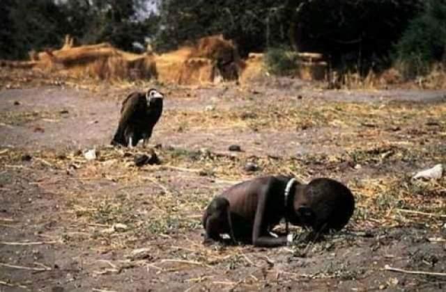 """Голод. Судан, 1993 год. Кевин Картер, член группы фотографов Bang-Bang Club, отправился в командировку по Африке и попал в Южный Судан, где и был сделан снимок. Впоследствии кадр """"украсил"""" страницы The New York Times."""