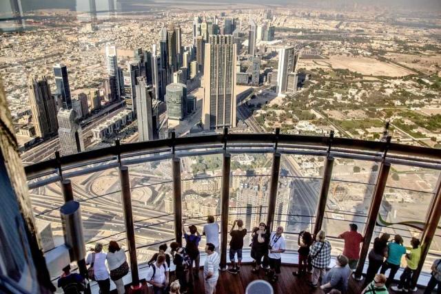 Самая высокая из смотровых площадок небоскреба находится на высоте 452 метров, что делает ее второй самой высокой в мире. Площадка пользуется такой популярностью у туристов, что попасть на нее можно только по предварительной записи.