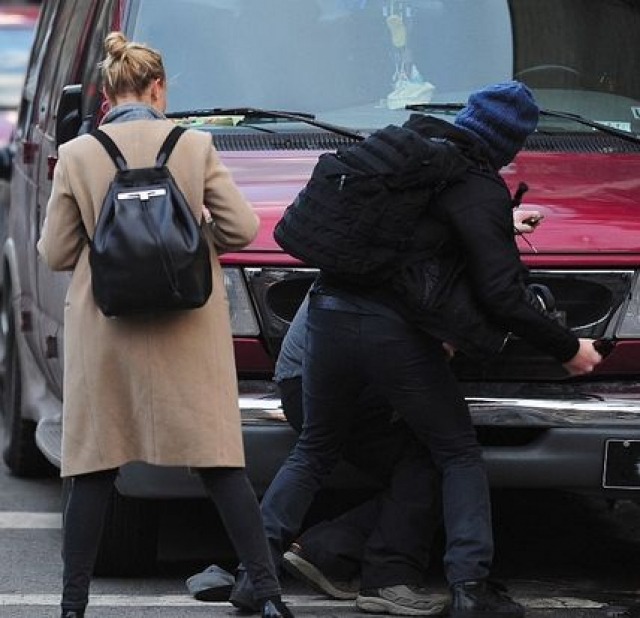 Фотограф Шен Ли начал преследовать Бингл на улицах Нью-Йорка, на что она начала физически отбиваться от него. Затем к ней присоединился Уортингтон и пара начала драться с фотографами, пытаясь забрать у них фотоаппараты.