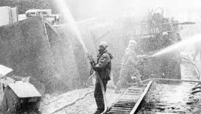 Из средств защиты у пожарных были только брезентовая роба (так называемая боевка), рукавицы, каска. Звенья газодымозащитной службы были в противогазах КИП-5, но из-за высокой температуры пожарные сняли их в первые минуты.