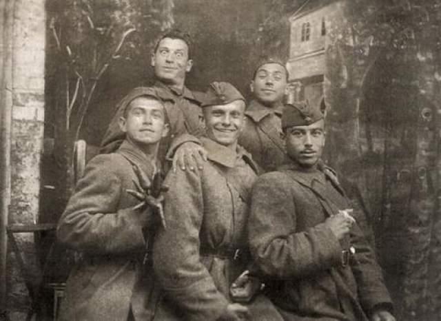 В верхнем ряду Борис Сичкин, рядом с ним Ефим Березин, который положил руку на плечо своего товарища, Юрия Тимошенко. Проще говоря, Буба Касторский, Тарапунька и Штепсель.