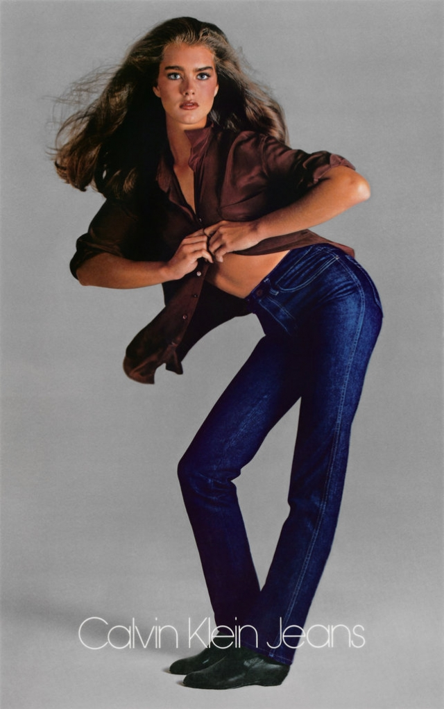 На снимках девушка позировала в джинсах и рубашке, застегнутой на одну пуговицу.