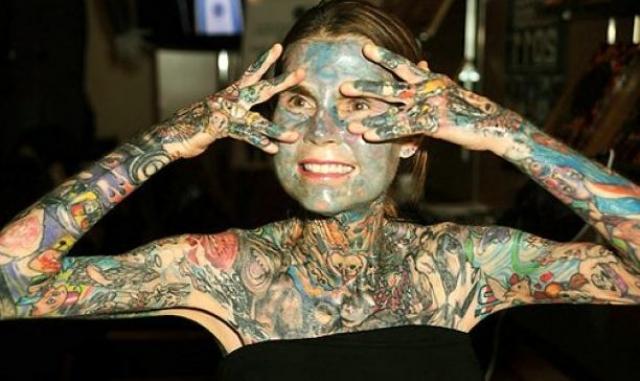 Джулия Гнусе - самая татуированная в мире женщина. Джулия родилась с редкой болезнью – порфирией. Кожа женщины постоянно покрывается волдырями, а на их месте остаются глубокие шрамы.