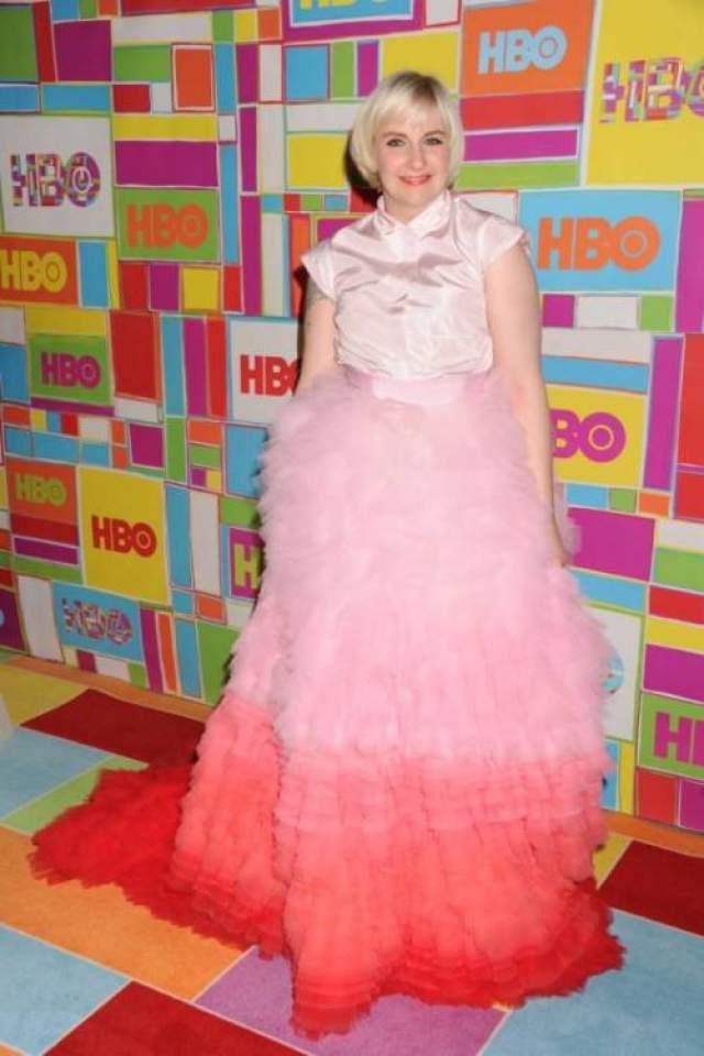 """Одним из самых странных нарядов церемонии вручения телевизионных наград """"Эмми"""" 2014 года, по единодушному мнению критиков и простых зрителей, стал выход исполнительницы главной роли и режиссера сериала """"Девочки"""" Лены Данэм в платье Giambattista Valli, которое она сама назвала похожим на пирожное."""