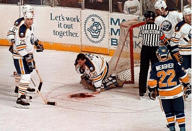 Таттл случайно лезвием конька повредил Маларчуку яремную вену: на лед хлынул фонтан крови, повергнув стадион в шоковое состояние.