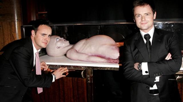Комедия эта провалилась в прокате. Но пользу принесла. Вскоре после ее выхода на экраны скульптор Джон Хэмфри сообщил, что инопланетянин, которого резали, его рук дело. Это латексный муляж, изготовленный лично им.