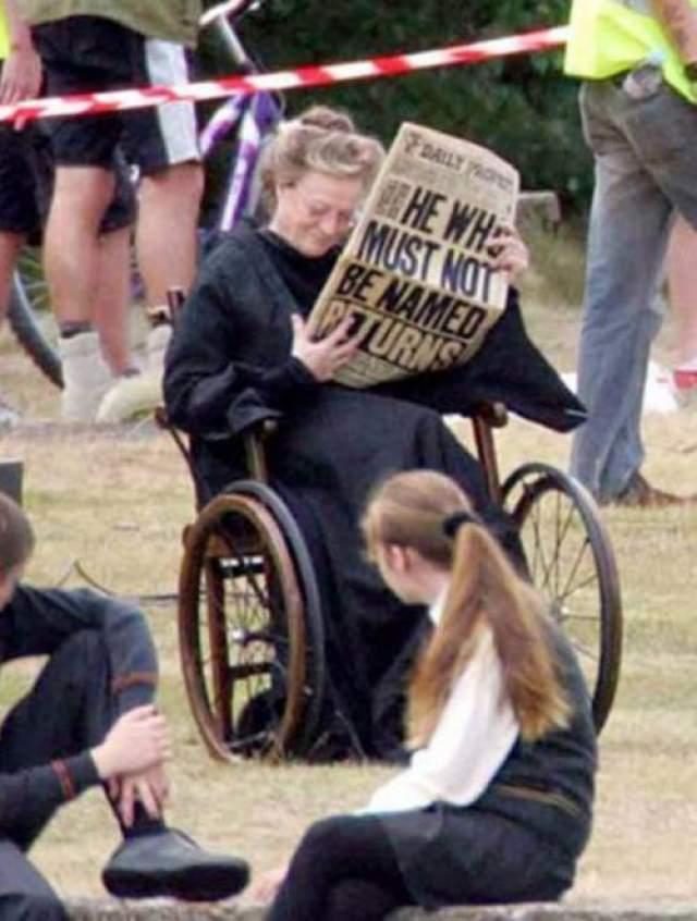 Гарри Поттер Мэгги Смит отдыхает между сценами, которые все-таки не вошли в окончательный вариант фильма. Невероятно, но она принимала участие в съемках в период прохождения химиотерапии.