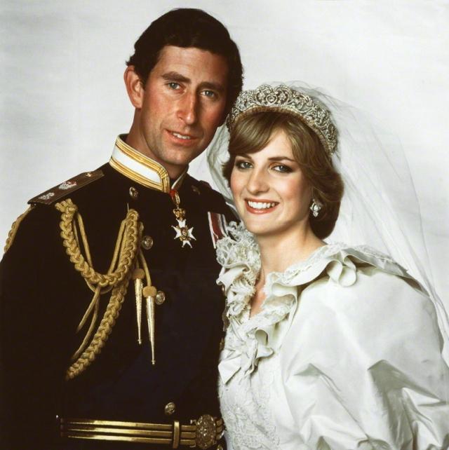 """Голову будущей """"Королевы людских сердец"""" венчала роскошная бриллиантовая тиара, фамильная драгоценность рода Спенсеров. Эта свадьба стала самой дорогой в истории Великобритании."""
