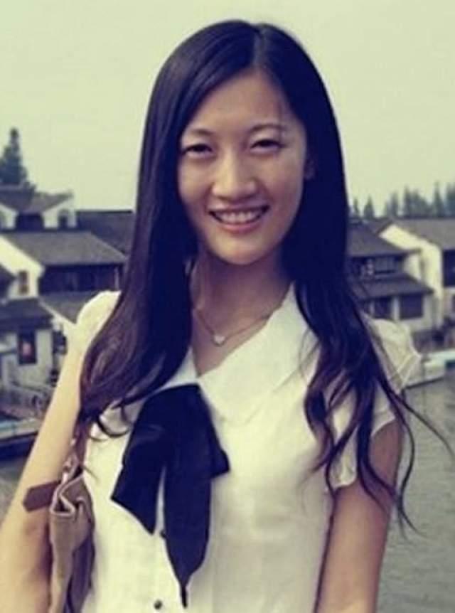 Си Цзиньпин. Си Минцзэ, единственная дочь председателя КНР, персона не публичная и до недавнего времени ее вовсе всячески скрывали. Она под чужим именем отучилась в Гарварде, а сейчас вернулась на родину.