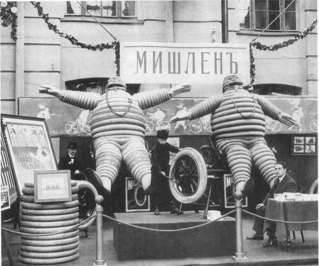Идея логотипа пришла в голову Андре Мишлен, когда на выставке велосипедных шин все модели сложили друг на друга. Получившаяся стопка по форме очень напоминала толстого человечка. Более чем за 100 лет Бибендум претерпел сильные изменения, но так и остался персонажем концерна Мишлен.