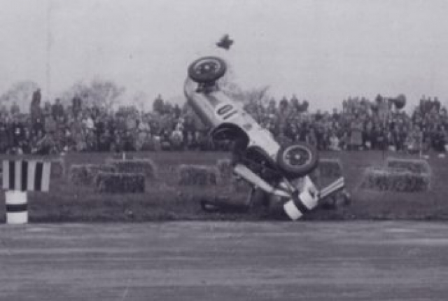 Коллинз летел на большой скорости, когда его машина наткнулась на препятствие, перевернулась в воздухе и приземлилась вверх ногами.