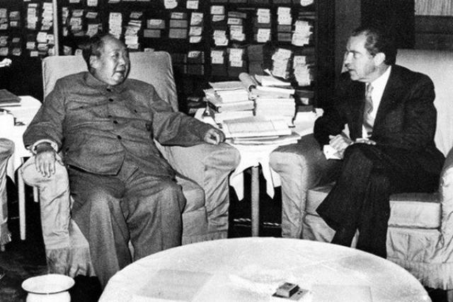 Но, пустивший все свои болезни на самотек, Мао Цзедун в старости стал очень дряхлым: еле говорил, страдал от отеков и удушья. В день исторической встречи с президентом США Никсоном доктору Ли пришлось долго приводить своего пациента в порядок:% в кабинете Председателя были установлены замаскированные баллоны с кислородом и респираторы...