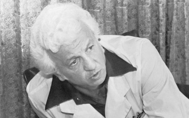 """В комнате Пресли было найдено более чем 10 000 таблеток, в том числе и """"успокоительные средства, амфетамины и наркотики"""". Защита врача утверждала, что артист страдал от """"артрита, мигрени, глаукомы и проблем с печенью"""", а доктор часто прописывал ему плацебо."""