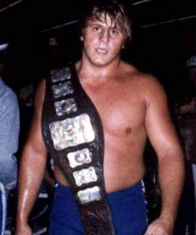 """23 мая 1999 года во время PPV шоу """"Over the Edge"""". Оуэн должен был спустится на ринг в образе Blue Blazerа на тросе, но канат оборвался."""