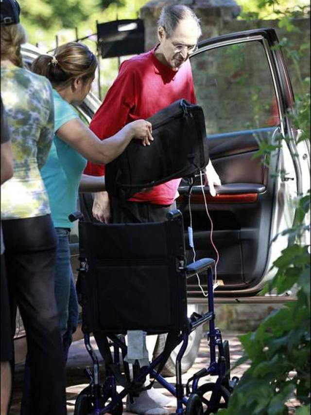 Стив Джобс перед смертью. Последние фотографии основателя компании Apple, истощенного болезнью, шокировали поклонников. Ему было 56, когда он скончался от рака. Год после обнаружения у него опухоли Джобс отказывался от операции, пытаясь лечиться веганством, иглоукалыванием, травами и даже гипнозом.