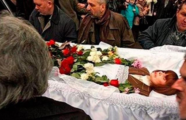 Последние месяцы Любовь Полищук жила на сильных обезболивающих препаратах, а 25 ноября 2006 года родные не смогли разбудить актрису: она впала в кому, через три дня она скончалась на 58-м году жизни.