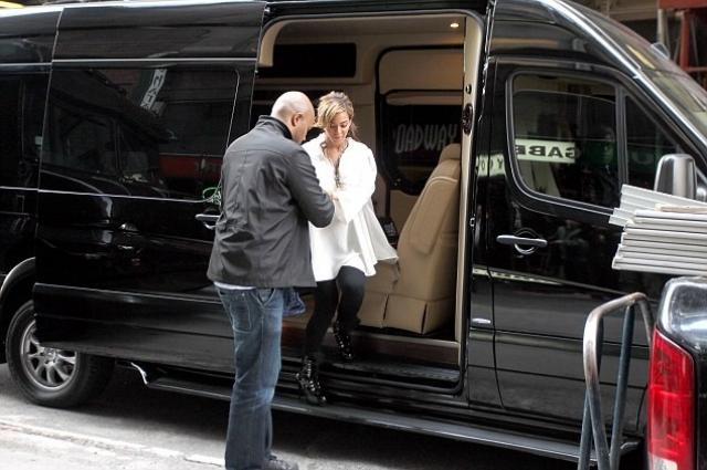 """Бейонсе. Певица поменяла свой стильный автомобиль """"Maybach"""" на огромный черный фургон """"Mercedes"""", который оборудован звуковой системой стоимостью $150 000, а также DirectTV, WiFi и ванной комнатой."""