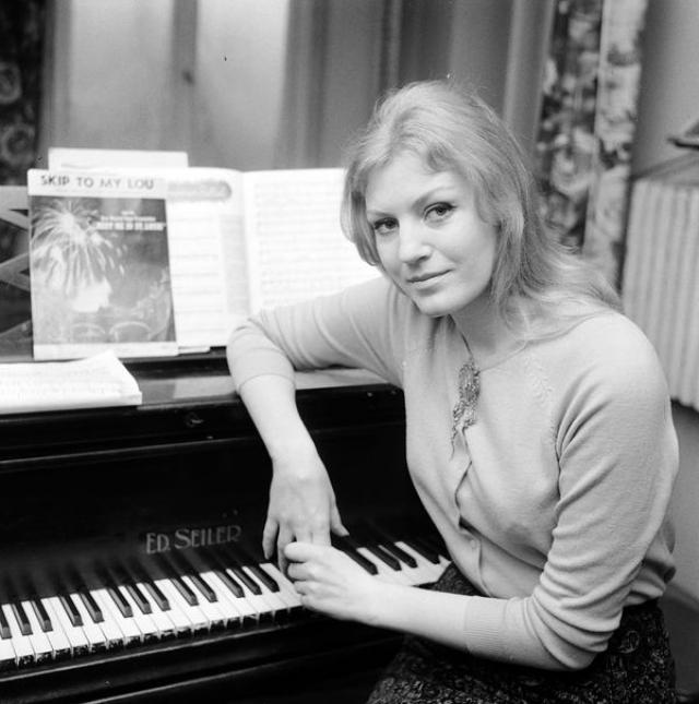 Анна Герман (46 лет). В начале 80-х у Анны Герман обнаружили рак — опухоль кости. Зная об этом, она отправилась на свои последние гастроли — в Австралию.