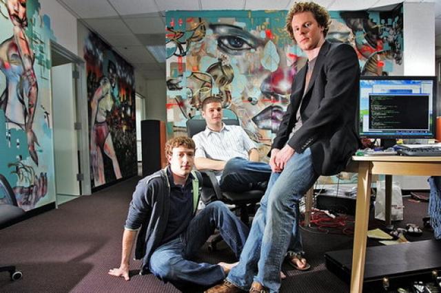 В июне 2004 года Facebook переезжает в Пало-Альто (Калифорния). До того как переехать, Цукерберг и Саверин знакомятся с Шоном Паркером в китайском ресторане на Манхэттене.