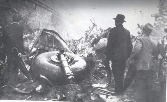 Самолет мгновенно потерял управление и на всей скорости врезался в землю. Все находившиеся на борту погибли.