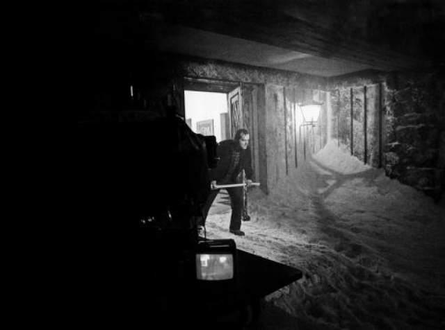 """Когда съемочный процесс уже близился к концу, на студии начались сьемки 6-й части эпопеи Звездных Войн """"Империя наносит ответный удар"""" и искусственный горный снег, которым застлан отель """"Оверлук"""" позже использовался для съемок эпизодов на планете Хот."""