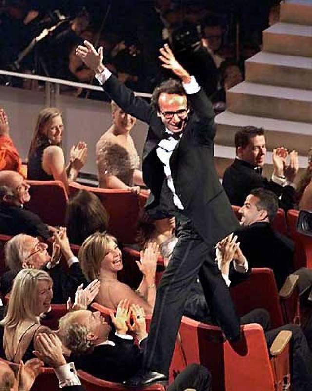 """1999. В категории """"Лучший фильм на иностранном языке"""" лучшим фильмом стала картина """"Жизнь прекрасна"""", а Роберто Бениньи , не сдерживая эмоции пошел за статуэткой прямо по спинкам кресел."""