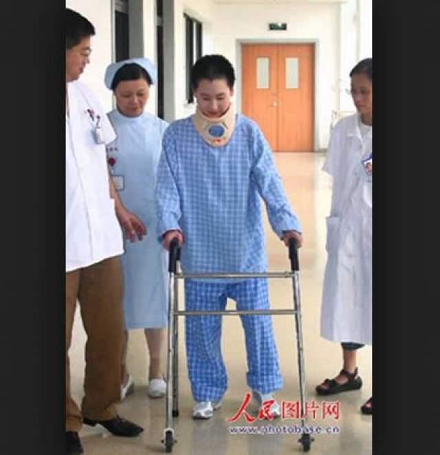 Позже спортсменка даже смогла передвигаться на костылях, что врачи называют настоящим чудом.