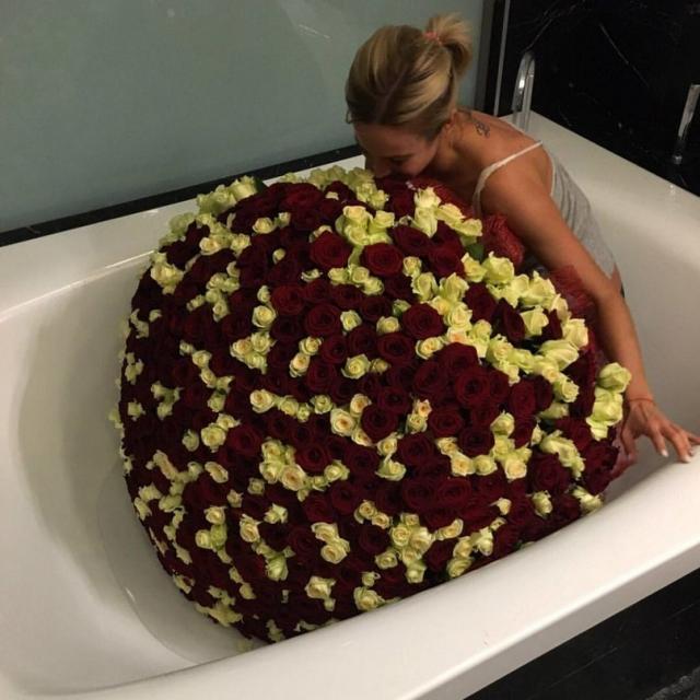 А еще раньше и вовсе зачем-то залезла в пустую ванну с букетом цветов.
