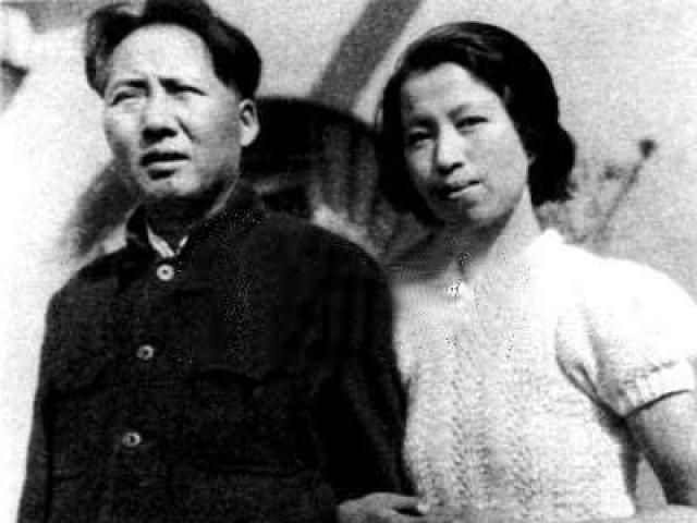 Новая супруга принимала активное участие в партизанской войне и считалась опытным бойцом. В итоге Хэ Цзычжэнь отправили лечиться в Москву. Дали знать о себе старые раны, полученные в боях. Но, скорее всего, жена просто надоела мужу, и тот решил избавиться от нее подобным образом.