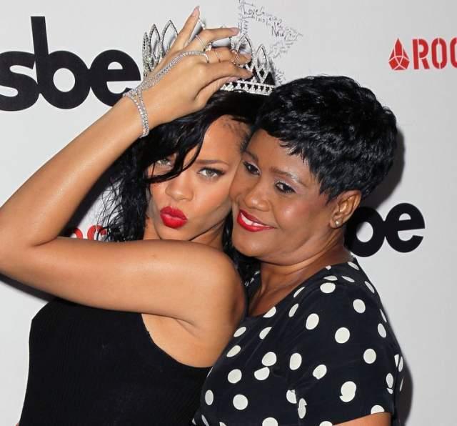Рианна и мама Моника Брэйтвэйт. У знаменитой поп-исполнительницы не хватает времени на общение с мамой, о чем она очень жалеет. Именно Моника, скромный бухгалтер с острова Барбадос, была первой поклонницей артистки и возила ее на прослушивания в Штаты.