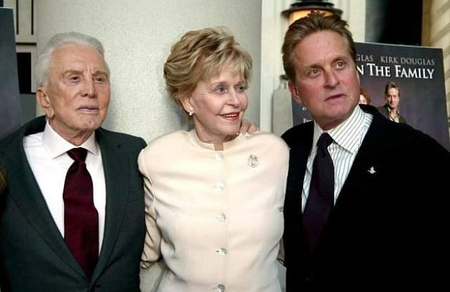 """Тогда как долгая и успешная карьера в кино Кирка была отмечена только почетным """"Оскаром"""" в 1996 году, его сын получил две золотые статуэтки (в 1975 как продюсер фильма """"Пролетая над гнездом кукушки"""" и в 1987 году как актер за главную роль в фильме """"Уолл-стрит"""")."""