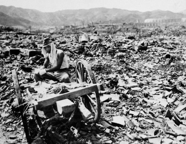Японский солдат бродит среди руин, спустя чуть более месяца после взрыва.