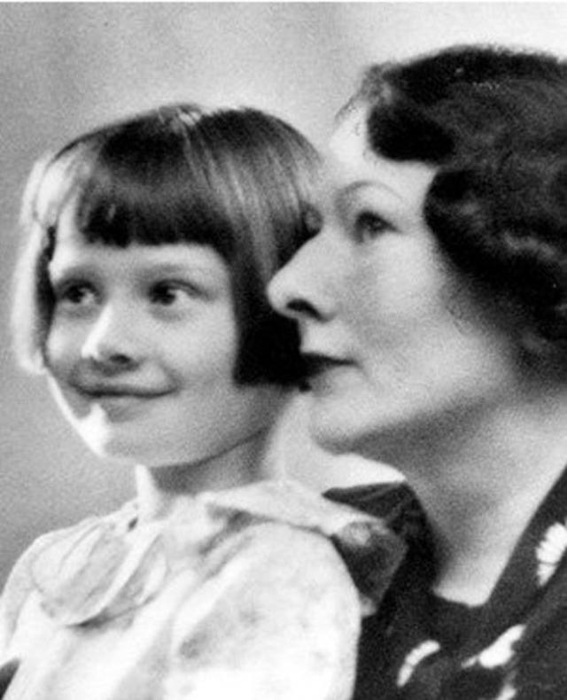 """После развода родителей в 1935 году Хепберн жила с матерью в Нидерландах, когда разразилась Вторая мировая война. Поскольку в то время """"английское"""" имя считалось опасным она приняла псевдоним Эдда Ван Хеемстра, подправив для этого документы своей матери."""
